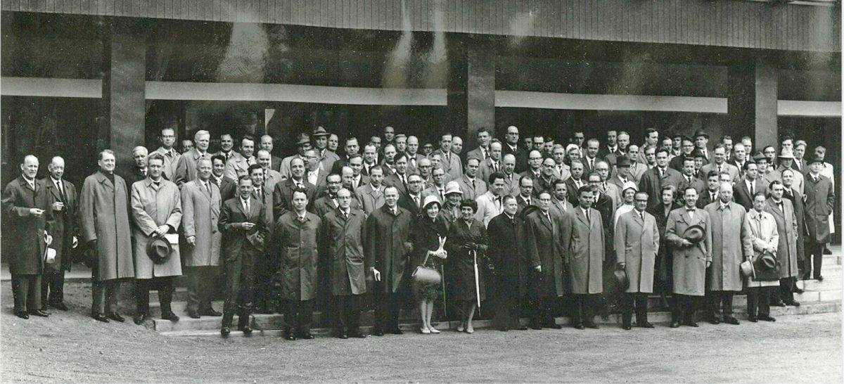 SKTY:n vuosikokouksen osanottajat ryhmäkuvassa Kouvolassa kesäkuussa 1962. Vuosikokousväki oli ensimmäisen kokouspäivän iltana kaupungin vieraana Kouvolan Teatterissa seuraamassa Mika Waltarin Yövieras-näytelmän.