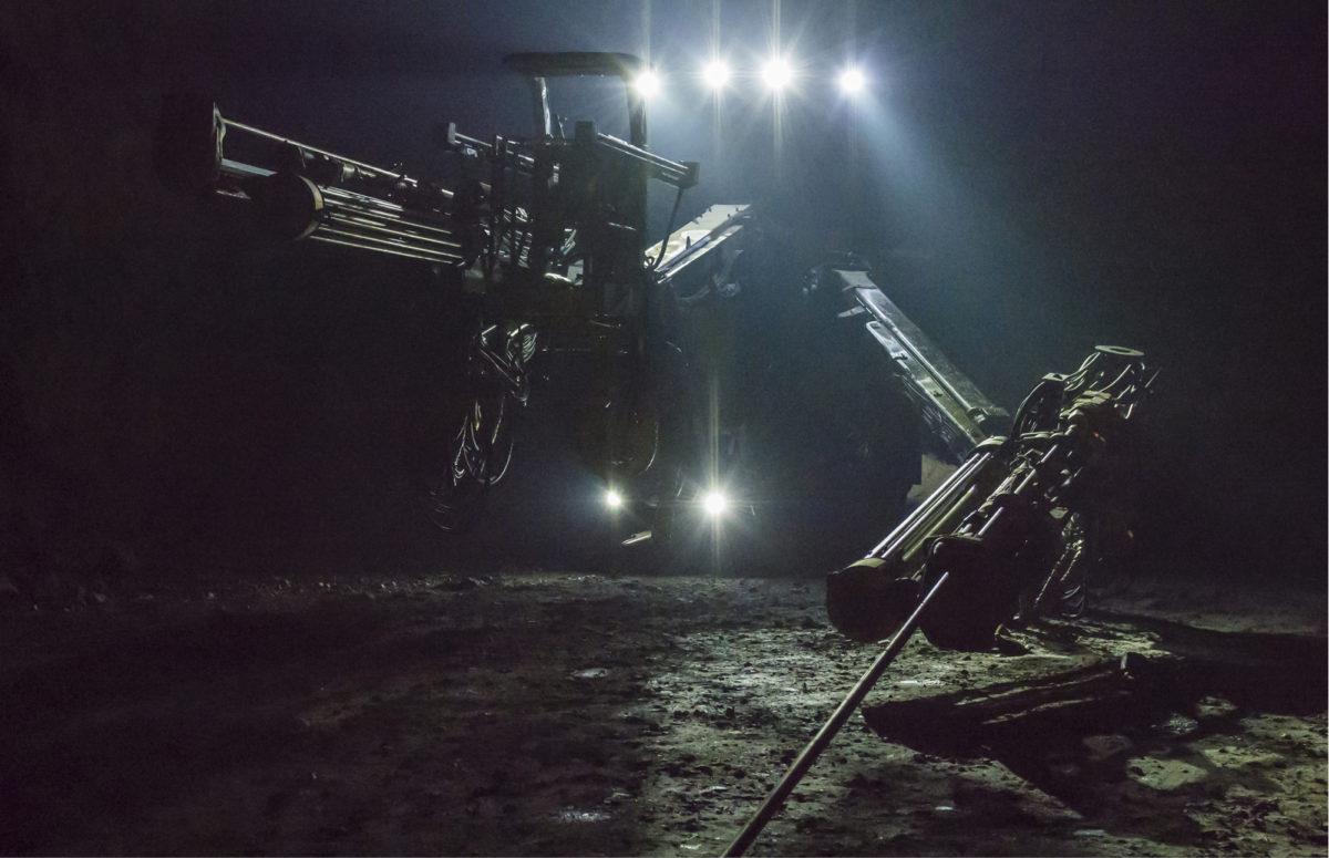 Kone kuin alien. Porajumbo on vaikuttava näky pimeässä tunnelissa. Se poraa räjäytyksessä ja injektoinnissa tarvittavat reiät.