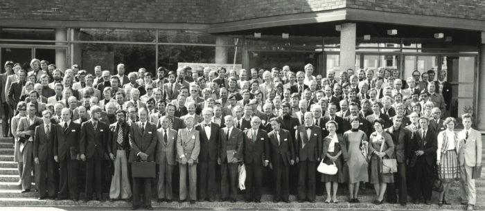 SKTY:n vuosikokousväki kokoontui kesäkuussa 1976 Tampereella ryhmäkuvaan 50-vuotisjuhlien merkeissä. Tästä kuvasta varmasti moni varttuneemmista lukijoista löytää jo tuttuja kollegoja.