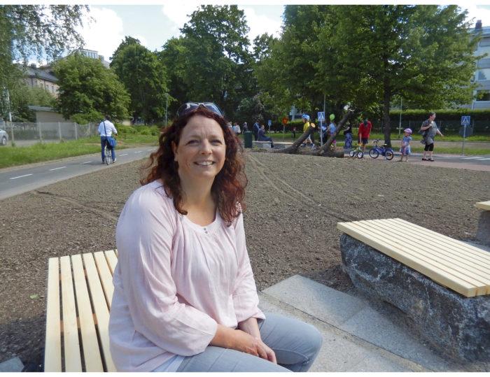 - Lähtökohtana oli soveltaa yhdysvaltalaisen Sustainable Sites Initiative arviointiohjelman kriteerejä kestävälle ympäristörakentamiselle, maisema-arkkitehti Emilia Weckman kertoo ja istuu penkillä, jotka rakennettiin varikolta löytyneiden kivien päälle.