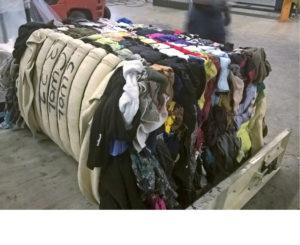 VAR Frankenhuisin tehtaalla Hollannissa tutkittiin Suomesta kerätyn tekstiilijätteen soveltuvuutta autoteollisuuden raaka-aineeksi, kuten eristeiksi.