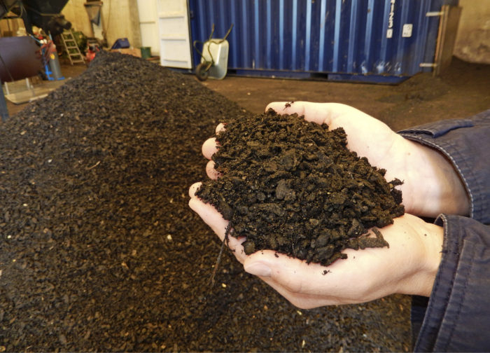 Kattohuopa rouhitaan moneen kertaan, jotta siitä tulee asfalttiin sopivaa 1,2 mm kokoista raetta.