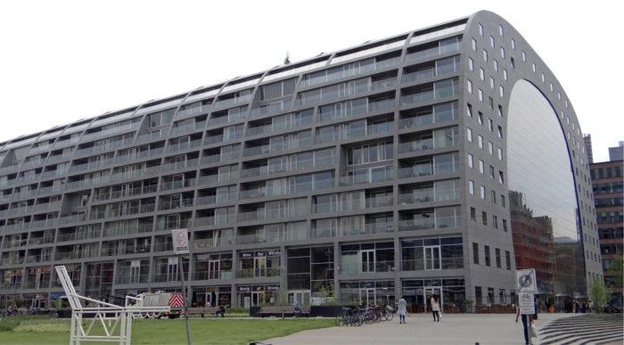 Markthal (MVRDV, 2014) on Rotterdamin uusin vetonaula. Hallin ulkolaidoilla on 200 asuntoa.