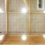 Liikuntasalin kattoa hallitsevat sprinkler- sammutusjärjestelmän putkistot, jotka asennettiin näkösälle.