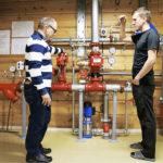 Lemminkäisen ylläpidon  työnjohtaja Harri Kujala (oik.) esittelee rehtori Mikko Lumpeelle sulkua, josta  automaattisen sprinkler-sammutusjärjestelmän vedentulon voi katkaista.