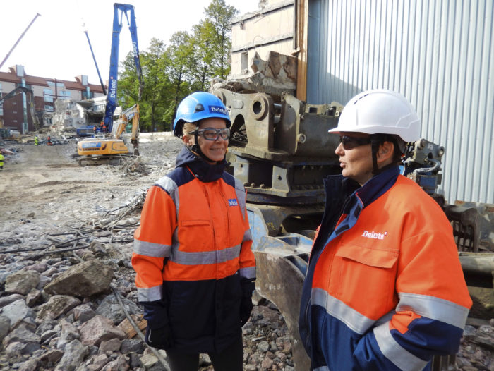 Haapaniemenkadun purkukohteen työnjohtaja Taru Heikura (oik.) kertoo ympäristötietoisuuden menevän läpi koko työmaan.  Viestintäpäällikkö Tanja Vepsäläisen mukaan materiaalien kuljetukset aiheuttavat ison osan hiilijalanjäljestä.