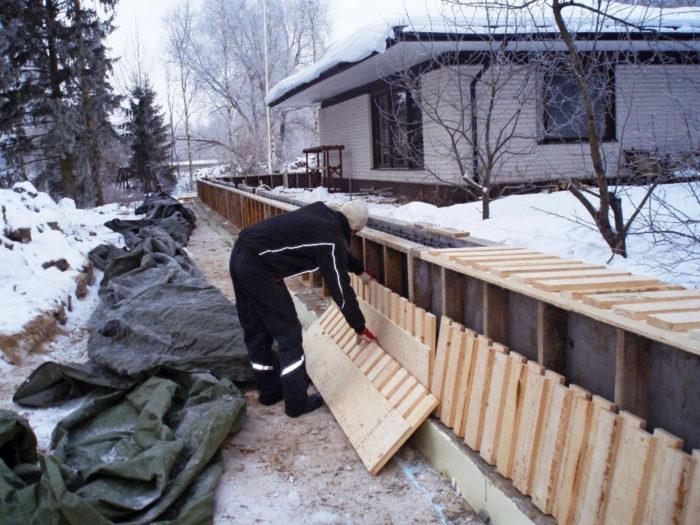 Omakotitaloon voidaan rakentaa kiinteä tulva-aita.