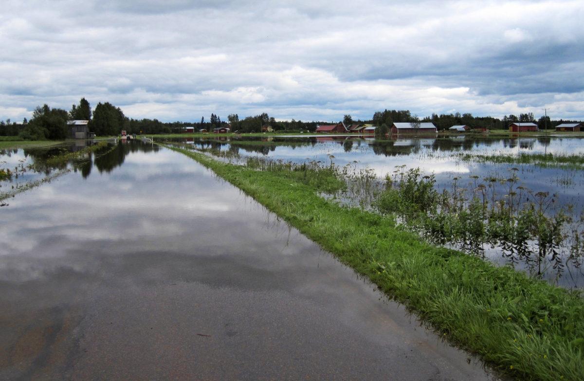 Tulvan katkaisema tie vaikeutti liikennettä Alavieskassa.
