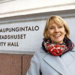 – Ympäristötietoisuus on nykyään kunnan asukkailla erittäin hyvä, joten myös vaatimustaso on huippuluokkaa: siinä olemme me kuntien ympäristöasiantuntijat vielä monta kertaa helisemässä! nauraa Helsingin ympäristöpäällikkö Päivi Kippo-Edlund.