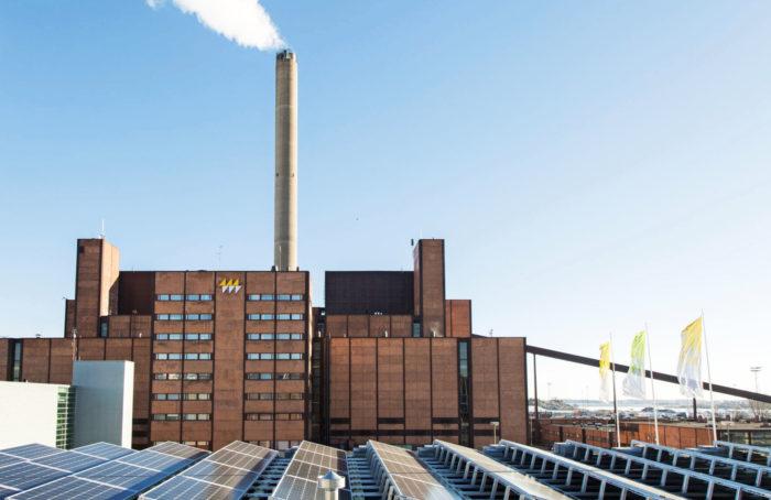 Sähköntuotannon kaksi ääripäätä: etualalla puhtaasti sähköä tuottava Suvilahden aurinkovoimala, takana Hanasaaren saastuttava kivihiilivoimala, joka suljetaan vuonna 2024.