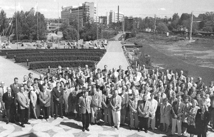 SKTY:n vuosikokouksen osanottajia kesäkuussa 1994 Vantaalla. Kokouksessa tehtiin merkittäviä sääntömuutoksia. Yhdistyksen ja sen jäsenlehden nimi muuttui ja  yhdistyksen jäsenkelpoisuutta  laajennettiin. Vahvistuvia yhteyksiä itsenäistyneen Viron kuntateknikoihin osoitti Kunnallistekniikan päivien toisen ja kolmannen päivän ohjelman järjestäminen Tallinnassa.