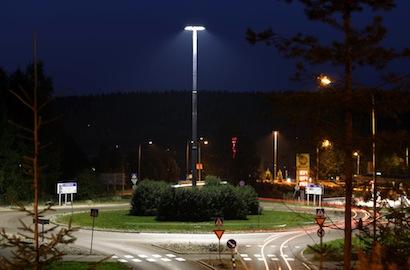 Länsipäijänteentien kiertoliittymän valaistus uusittiin osana Jyväskylän energiansäästöhanketta. (Kuva: Touho Häkkinen)